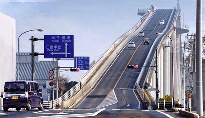 Самый крутой мост в мире соединяет два города.