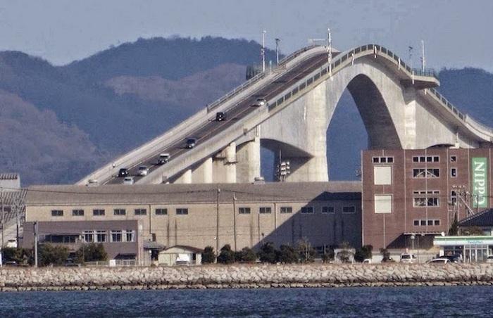 Eshima Ohashu - мост высотой 44 метра.
