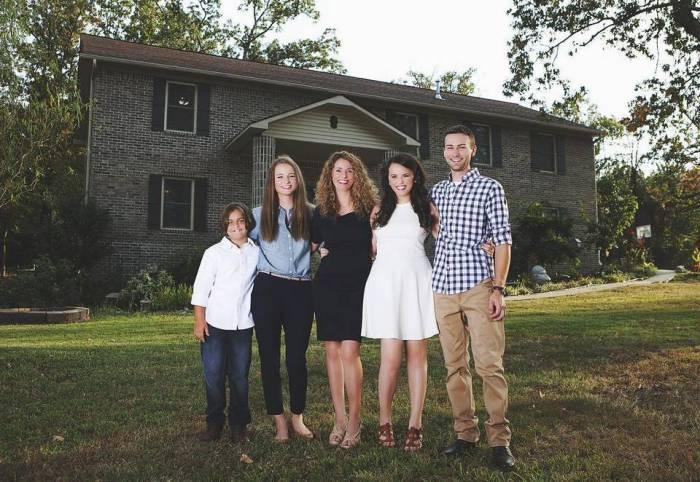 Дружная семья, которая сама построила дом.