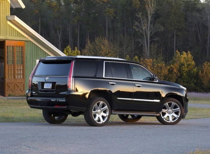 Большой американский внедорожник Cadillac Escalade.