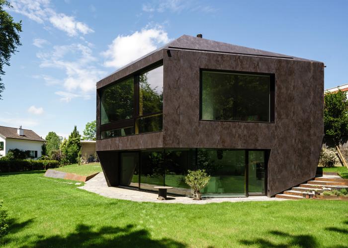 Casa Forest. Фасад облицован керамическими панелями.
