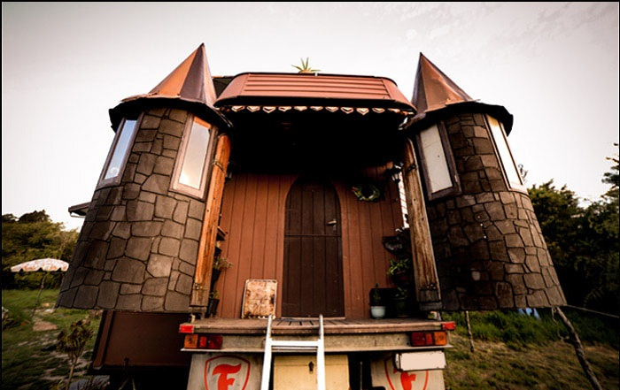 Замок на колесах.