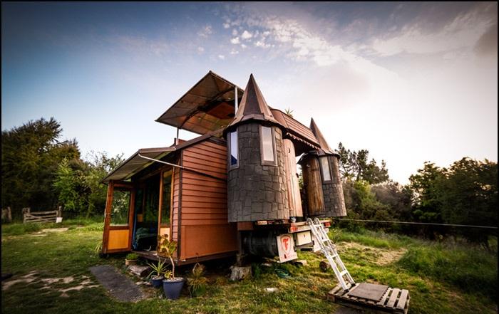 Грузовик, переделанный в жилой домик.