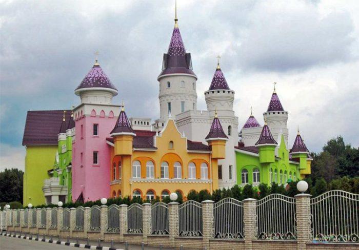 Детский сад в виде сказочный замок.
