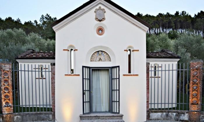 Архитектурная фирма O2 Studio переделала часовню в отельный номер.
