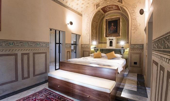Огромная кровать находится прямо у алтаря.