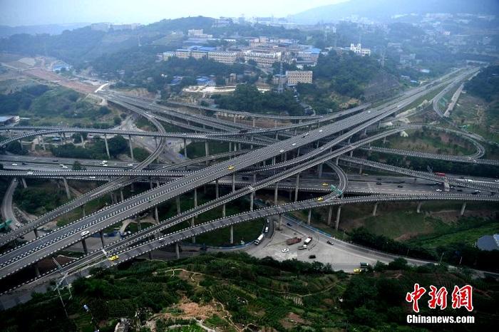 Пятиуровневая автомобильная развязка в китайском городе Чунцин.