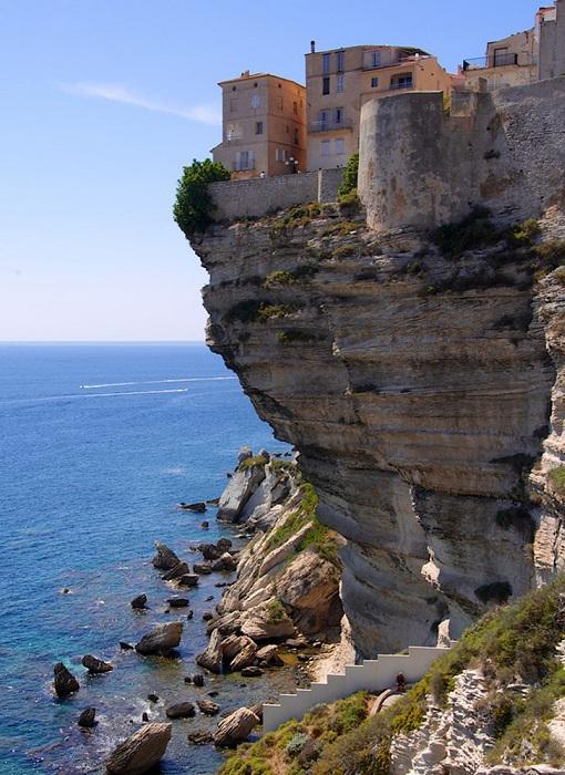 Bonifacio - одно из самых запоминающихся мест на острове Корсика.