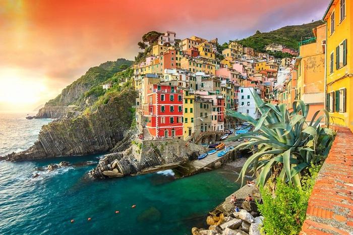 Riomaggiore - небольшая живописная коммуна на скалистом итальянском склоне.