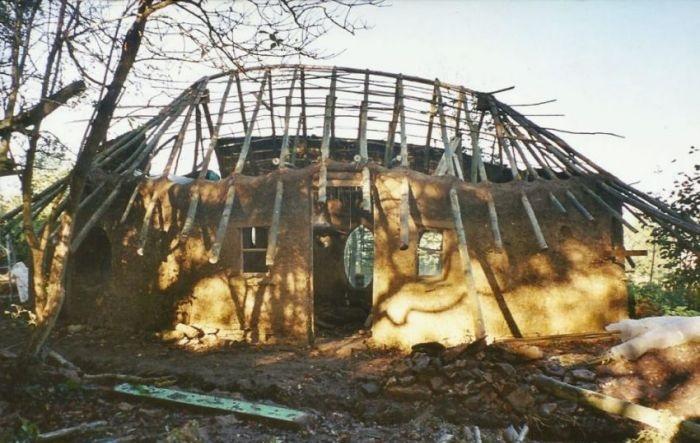 Крыша закреплена на деревянном каркасе.