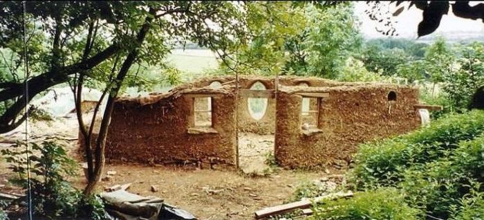 Стены сделаны из глины и соломы.