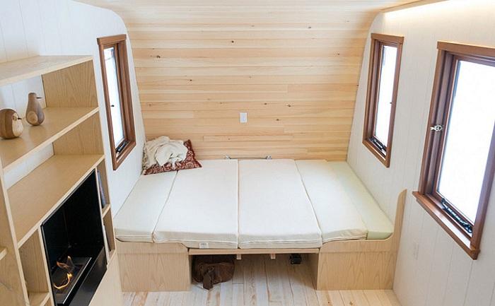 Стол раскладывается, образуя дополнительные спальные места.