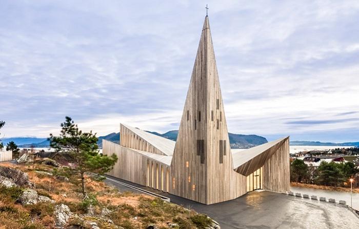 Community Church of Knarvik - деревянная церковь с угловатыми формами.