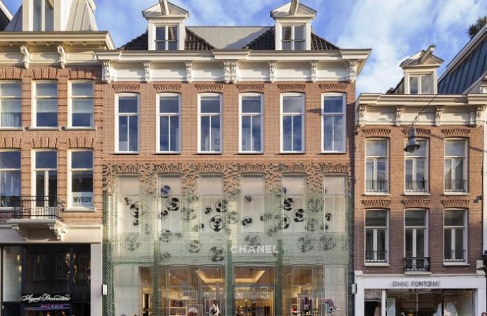 Обновленный стеклянный фасад бутика Chanel.