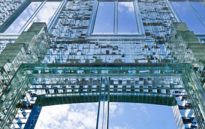 Фасад из сверхпрочного стеклянного кирпича.