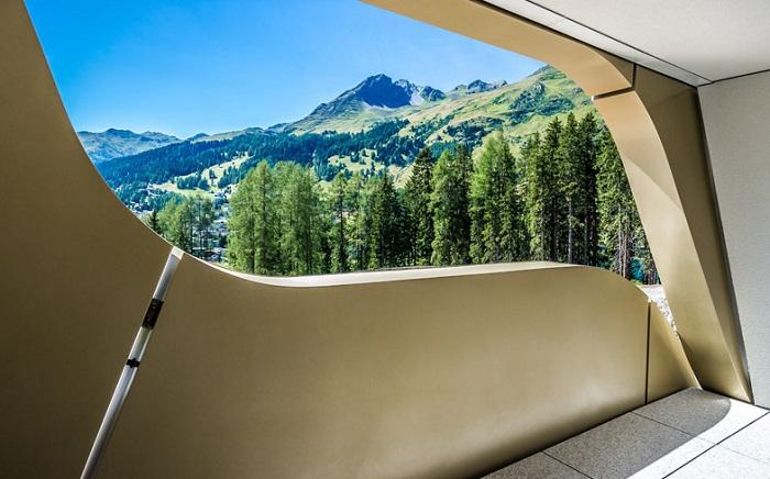 Проемы, служащие отверстиями для балконов отеля.