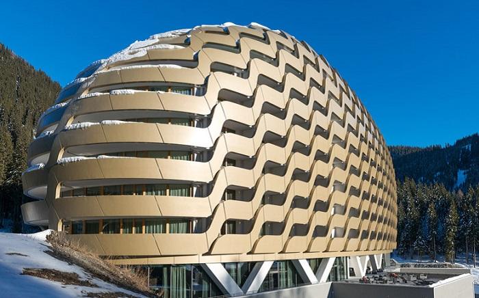 The Intercontinental Davos - отель с мерцающим золотистым фасадом.