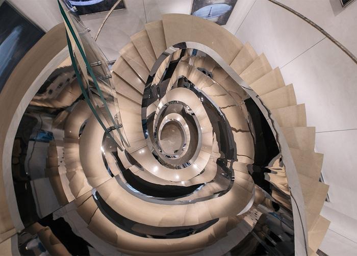 Оригинальная лестница внутри бутика Christian Dior.