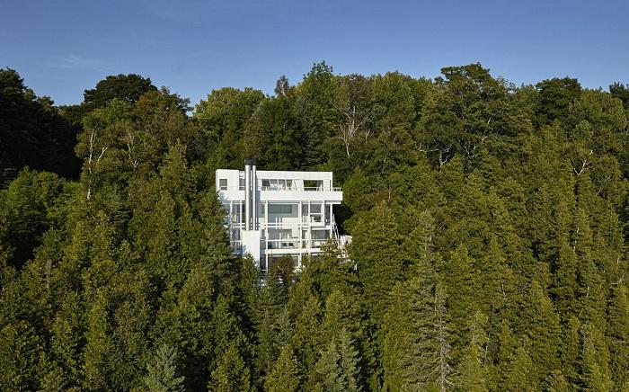 Douglas House - дом в лесной чаще у озера Мичиган (США).