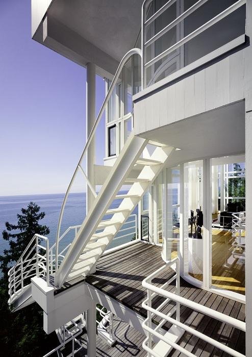 Белоснежный дом в стиле «модерн».