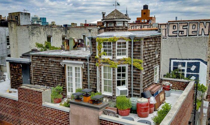 Домик прямо на крыше 5-этажного дома.