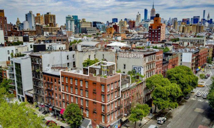 На 72-й улице Нью-Йорка есть здание с домом на крыше.