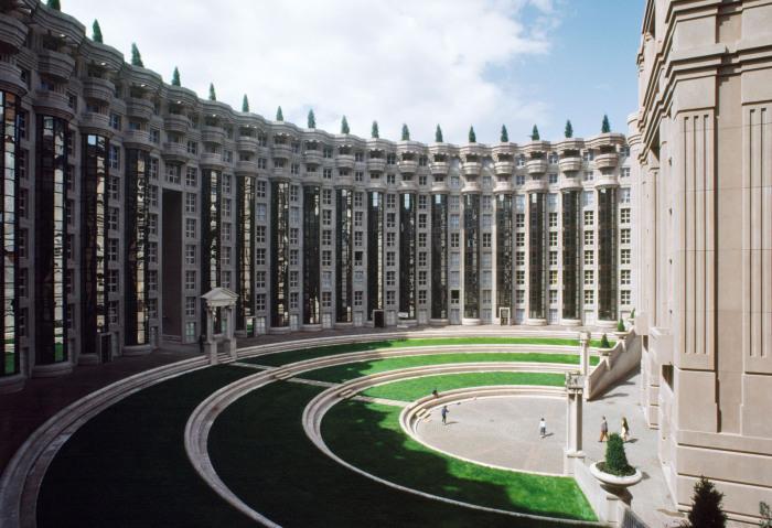 Les Espaces d'Abraxas - полукруглый газон.