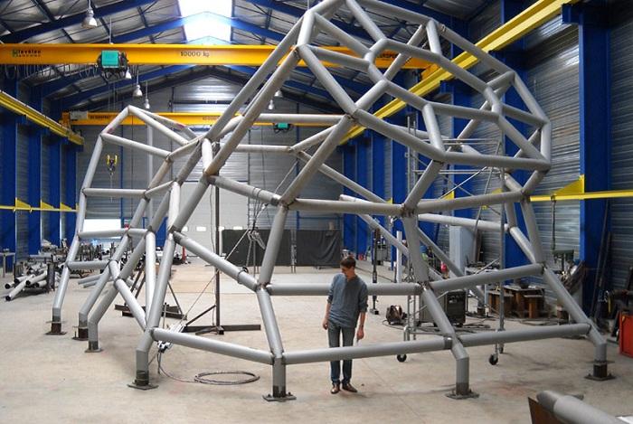 Основа из конструкции состоит из металлических труб.