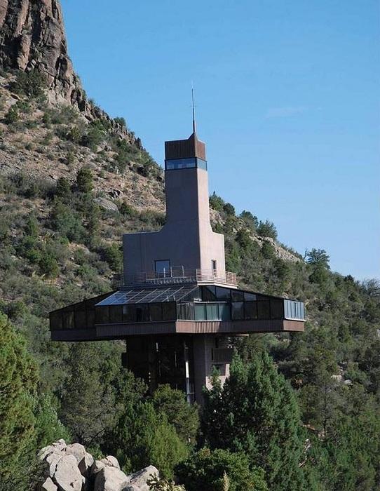 Falcon Nest - особняк высотой с 9-этажный дом.