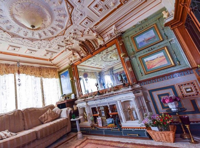 Адриан Реман считает, что его квартира напоминает Версальский дворец.