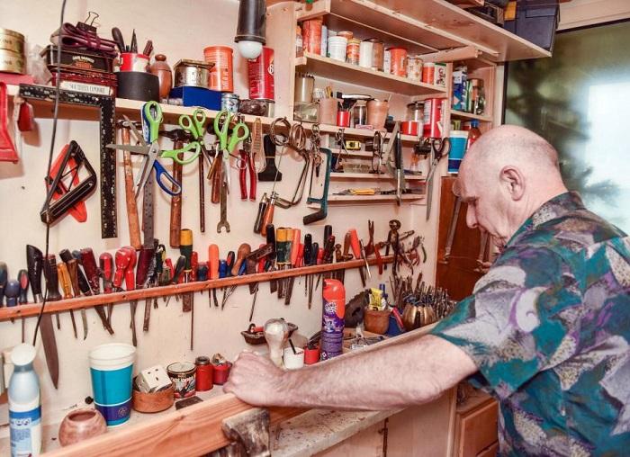 Инструменты, при помощи которых пенсионер переделывал свое жилье.