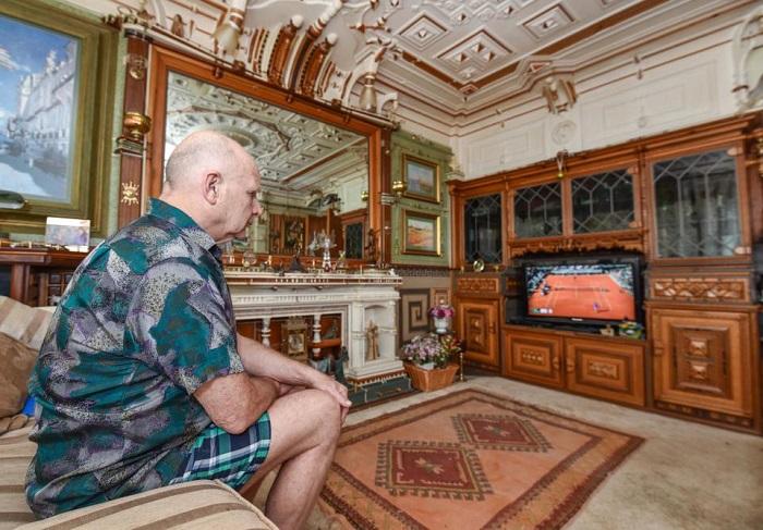 Пенсионер собственноручно переделывал интерьер в своей квартире.