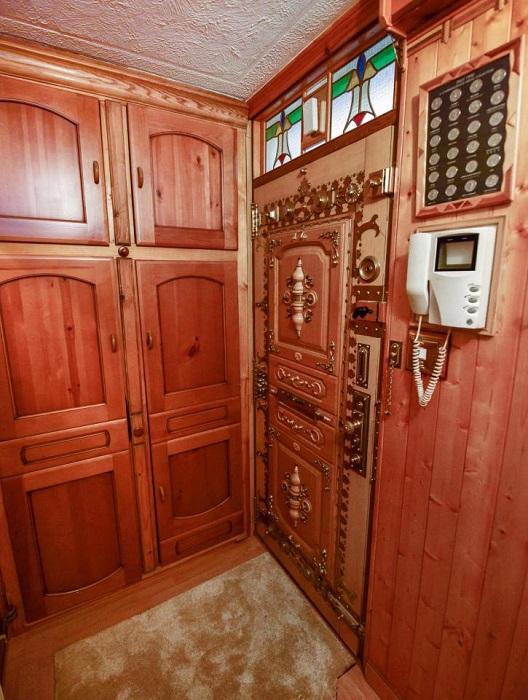 Такая дверь сразу привлекает внимание.