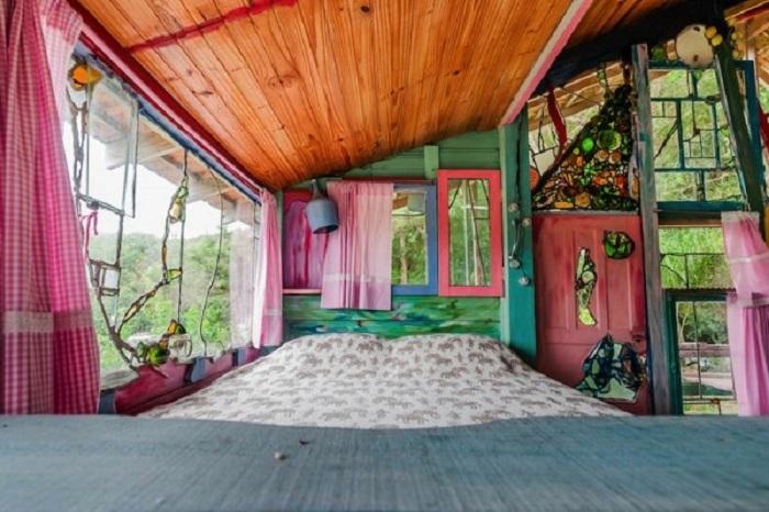 Спальня в домике для хиппи.