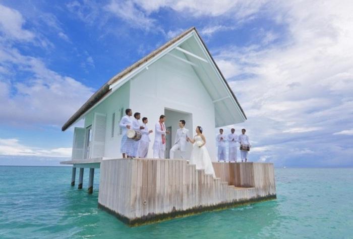 Часовня на воде на Мальдивских островах.