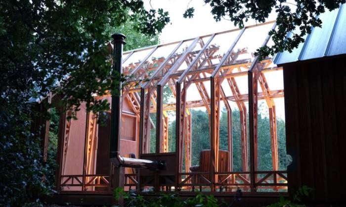 Стеклянные панели защищают пространство дома от дождя.