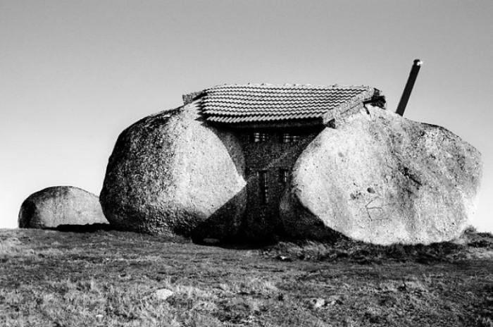 Дом-камень, расположенный в Португалии.