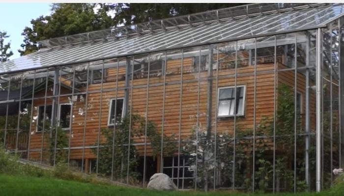 Дом в Стокгольме, покрытый стеклянным колпаком.