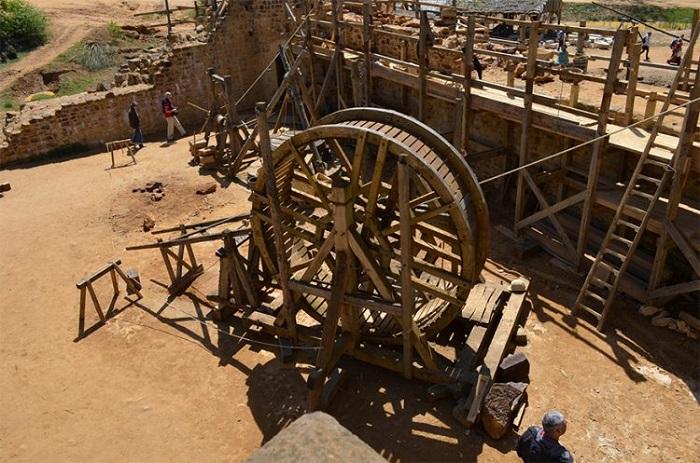 При строительстве замка используются технологии прошлых времен.