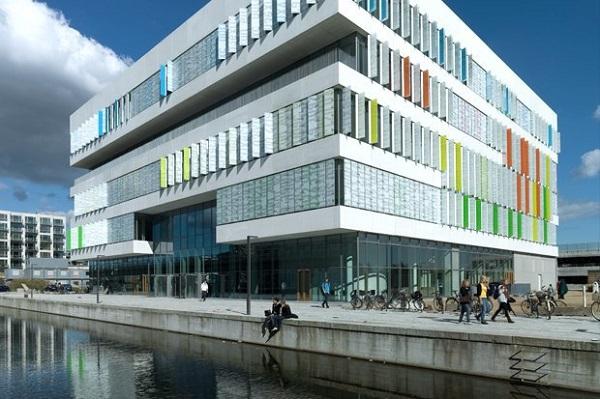 Гимназия в районе Копенгагена Эрестад.
