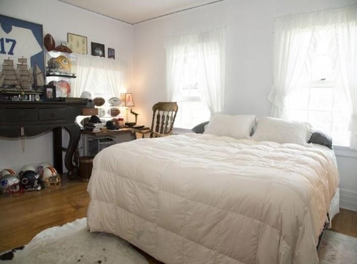 Спальня. в доме, который продают за 10 долларов.