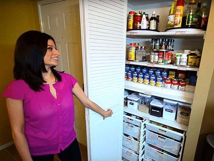 На кухне все продукты лежат на своих местах.