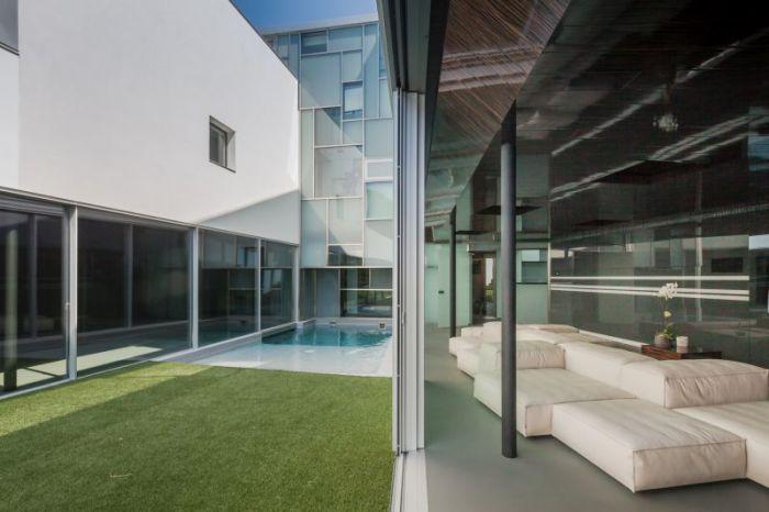 House Н. Раздвижные стеклянные двери.