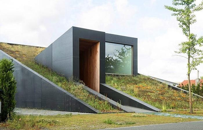 Pibo - дом, напоминающий подземное убежище.