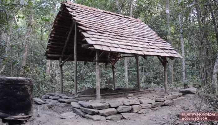 Крыша из глиняной черепицы.