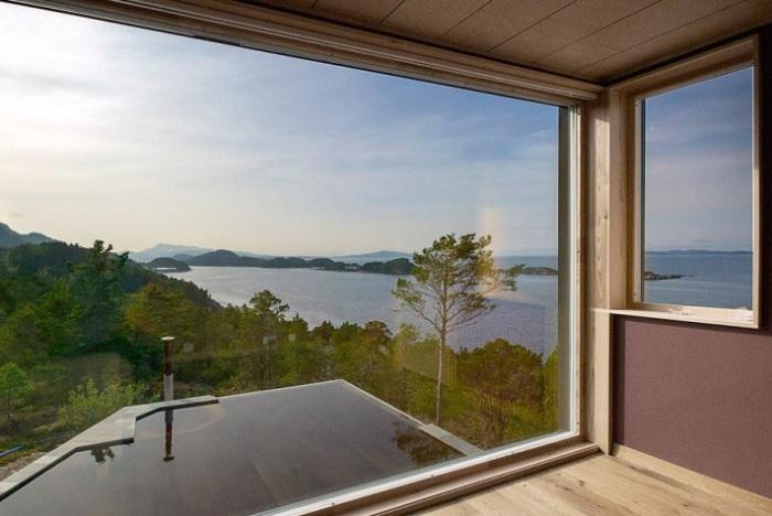 Из широких окон открывается потрясающий вид из окна.