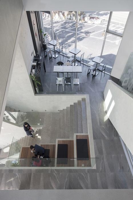 Waveon Cafе. Деревянные сидения возле лестницы.