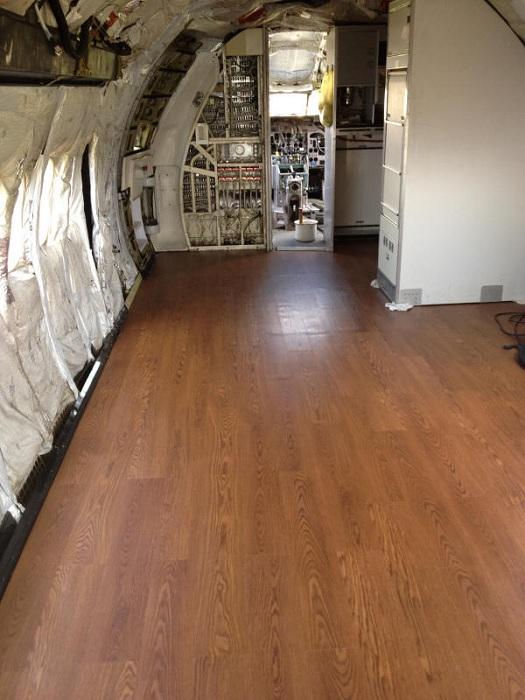 Joe Axline собственноручно сделал ремонт в фюзеляже самолетов и переделал из под жилое помещение.