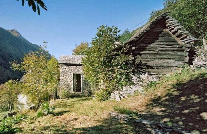 Дом, который выглядит как ветхая хижина.