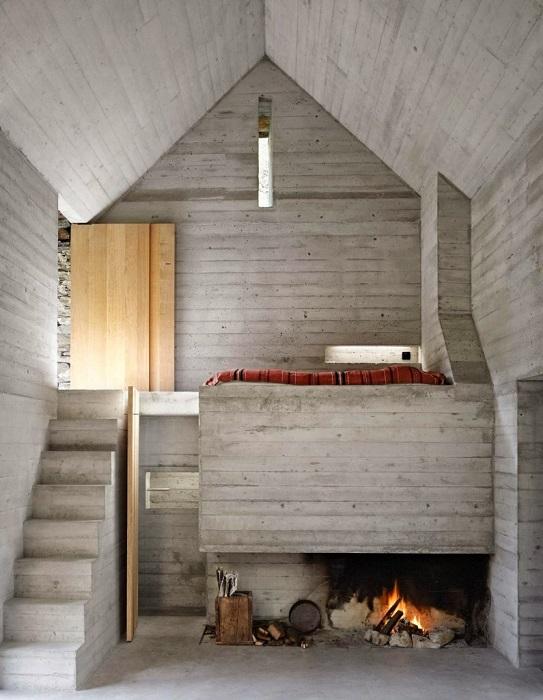 Интерьер выполнен из бетона.